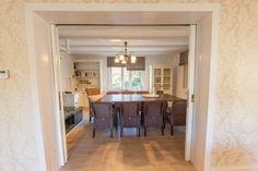 Blick zum Esszimmer mit Durchreiche zur Küche