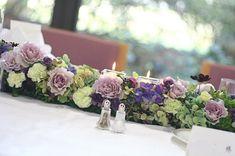 吉祥寺にある東京女子大学様への装花。挙式後に行われた同窓会館でのパーティで選ばれた色は、秋の紫と緑。72年館と呼ばれる建物のドアにも、おもてなしの花を飾り...