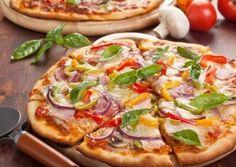 Diese Low Carb Pizza spart viele Kohlenhydrate ein. Der Boden besteht aus Thunfisch und Hüttenkäse.