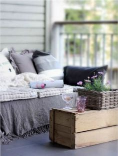 DIY: Sofa from pallets? Who doesn't like some garden innovation? Outdoor Beds, Diy Outdoor Furniture, Pallet Furniture, Furniture Making, Outdoor Living, Outdoor Pallet, Outdoor Seating, Pallet Seating, Garden Pallet