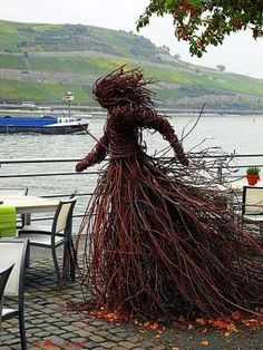 """That is surely the """"Wetterhexe Gula"""", from the children's book series by Ingo . Outdoor Sculpture, Outdoor Art, Sculpture Art, Garden Sculpture, Sculptures, Yard Art, Twig Art, Kids Book Series, Willow Weaving"""