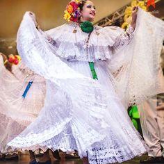 Blanco ...eres un ángel?? ______________________________ #fabionaranno #culturalphotography #fotografiaartistica #fineart #pollera #fashion #cultura #folkloreespetacular #tradición #trajetipico #visitpanama #culturapanama #panamagram #lifestylephotography #travelphotography #nationalcostume #panamá #tembleques #panamademoda