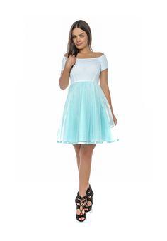 Rochie fabricată din jerseu, tafta și tul. La poale s-a aplicat o panglică pe un rând, asortată la culoarea rochiei, ceea ce îi conferă o eleganță aparte. Dresses, Fashion, Tulle, Gowns, Moda, La Mode, Dress, Fasion, Day Dresses