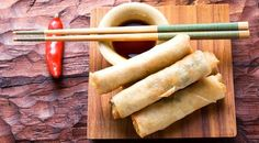 Wondering how to make spring rolls? Try this easy recipe for spring rolls, perfect if you're craving Chinese food or if you're looking for a vegan appetizer. Chinese Spring Rolls, Jai Faim, Chicken Spring Rolls, Vegetarian Recipes, Cooking Recipes, Vegetarian Cooking, Food Porn, Mets, Eat Smarter