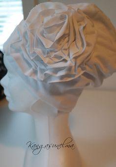 Ruusukepipo koko 54/56 valkoinen  Tyylikäs joustocollege-pipo ruusukkeella Kaksinkertaisesta joustocollegesta (puuvilla/elastaani) valmistettu pipo, jossa samaa kangasta oleva ruusuke. Takana rypytys ja päältä pipo jää hieman ruttuun. http://www.salonsydan.fi/tuote/ruusukepipo-koko-4850-sininen/ #kotimaisetlahjat #lahjaideat #ostasuomesta #ostasuomalaista #lahja #suomalainen #kotimainen #käsityö #handmade #madeinfinland