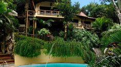 A Charme Pousada está localizada no centro de Morro de São Paulo - Bahia, cercada por jardins naturais e a apenas 100 metros das praias. A pousada possui um quiosque de massagem, uma piscina ao ar livre com vista para as praias , além de banheira de hidromassagem e sala de TV. O café da manhã inclui frutas frescas, sucos naturais e bolos.