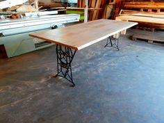 Eiken tafel op oud naaimachine onderstel