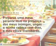 Versículo do Dia  Salmo 23:5 -  Preparas uma mesa perante mim na presença dos meus inimigos unges a minha cabeça com óleo o meu cálice transborda.  Salmos 23:5  The post Versículo do Dia  Salmo 23:5 appeared first on Versículo da Bíblia.