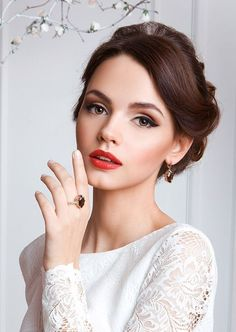 An array of 40 amazing wedding makeup ideas. Browse through our bridal makeup ideas and find your perfect wedding makeup! Fresh Wedding Makeup, Romantic Wedding Makeup, Wedding Makeup For Brown Eyes, Natural Wedding Makeup, Makeup For Green Eyes, Wedding Hair And Makeup, Natural Makeup, Wedding Nails, Trendy Wedding