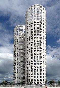 Arquitectura: Las columnas de Hércules vuelven a dominar la bahía de Algeciras. Noticias de Estilo. Dos grandes hitos se levantan de nuevo sobre las tierras de la bahía de Algeciras. Recordando la mística del fin de la Tierra conocida que convirtió