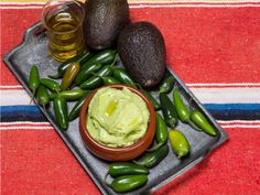 Hjemmelaget guacamole - med video og steg-for-steg Guacamole, Tex Mex, Nachos, Eggplant, Sprouts, Chili, Dips, Vegetables, Videos