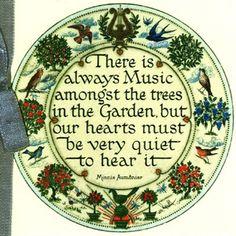 Sempre há música entre as árvores no jardim, mas nossos corações devem estar tranquilos para ouvi-la.