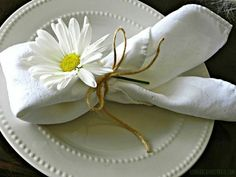 Easter Brunch Table Ideas Daisies & twine on your Easter table. Brunch Mesa, Brunch Table, Dinner Table, Brunch Party, Easter Table Settings, Wedding Table Settings, Setting Table, Place Settings, Easter Dinner