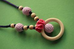 Kojící+náhrdelník+-+tři+kuličky,+kroužek+a+kytička+Aby+dítko+volnou+ručkou+při+kojení+nedrancovalo+maminku,+zabavíme+jeho+ručku+kojícím+náhrdelníkem:)+Otestováno,+funguje+to;)+Náhrdelník+je+z+přízí+s+atestem+pro+miminka.+Obháčkované+korálky,+dřevěný+kroužek+a+korálky+a+řetízek+uháčkovaný+z+bavlněné+příze.+Barvy+na+přání.+Jednotlivé+náhrdelníky+se+v+...