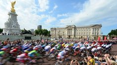 Men's road cycling. The peleton pass Buckingham Palace at the start of the race