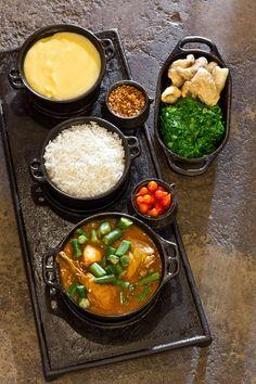 sabor de Minas- frango com quiabo, arroz, angu, torresmo, couve e pimenta. É uma delícia.