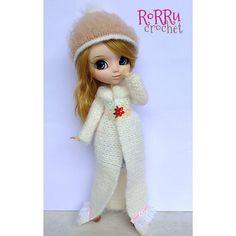 """Oowww, winter is here? Not yet... But in anytime sooopoonn.."" Miko *giggling ^^... Fluffy Long White Coat and Fluffy Hat will make me feel warm... #pullip #pullipdoll #doll #dolldress #dollhat #dollphotography #toyphotography #crochet #crochethat #crochetoutfit #yarn #mohair #mohairyarn #fluffy #bajurajut #rajut #bajuboneka #boneka #rorrucrochet #Padgram"