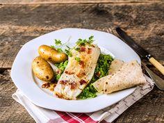 Slik lager du tradisjonell lutefisk - video med steg for steg   Oppskrift   Meny.no Norwegian Food, Italian Recipes, Baked Potato, Main Dishes, Bacon, Fish, Ethnic Recipes, Traditional