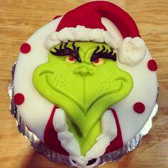 Grinch Cake (at Piperïkuk) Grinch Christmas Decorations, Christmas Cake Designs, Christmas Deserts, Christmas Cupcakes, Christmas Baking, Winter Christmas, Grinch Cake, Grinch Party, Fondant Cakes