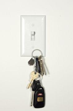 Base magnética sob a proteção do interruptor de luz, para apoiar chaves.
