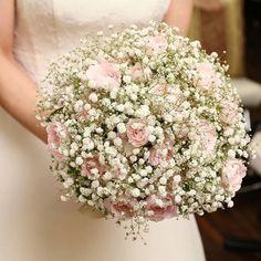 「k.asa.y」さまのブーケは、淡いピンク色のバラが合わさったラウンドブーケ。ほんのり色づいたピンクが白いかすみ草と調和しています♡ #かすみ草 #ブーケ #bouquet #wedding #結婚式 #ウェディング #bridal