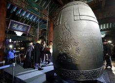 Starosta Soulu Pak Won-sun a vybraní obyvatelé třiatřicetkrát udeřili na bronzový zvon. Tradiční zvonění každý rok provází novoroční oslavy. (1. ledna 2019) Fireworks, Bronze, Pictures