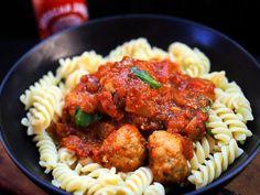 Sriracha lihapullat tomaattikastikkeessa | Mukana Maku