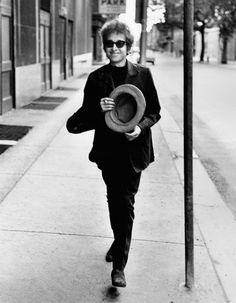 "colecciones:  ""Bob Dylan walks with a top hat, Philadelphia, PA, 1964. Photo by Daniel Kramer.  """