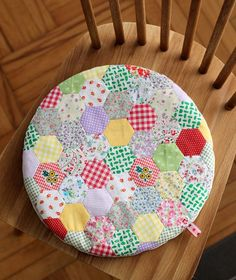 Cafenohut: Benim Yuvarlacık Minderim - My Round Cushion Patchwork Chair, Patchwork Cushion, Quilting Projects, Quilting Designs, Sewing Projects, Cushion Covers, Pillow Covers, English Paper Piecing, Cushions
