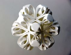 L'artiste britannique Richard Sweeney utilise le pliage pour créer cette série étonnante de sculptures en papier.