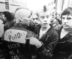 Inspiring picture b, black and white, punk, sex pistols, vintage. Vintage Goth, 70s Punk, Punk Goth, Estilo Punk Rock, Punks Not Dead, Teddy Boys, Grunge Goth, Skinhead, Youth Culture