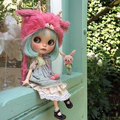 So Dolly @dollytreasures | Gorgeous Blythe with Pure Neemo body, pink bear hat and awesome clothes. Love her little Blythe shoes.