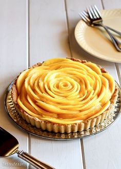 Mango Tart uses fresh, ripe mangos and coconut cream to make a delicious dessert that's gluten-free, Paleo friendly, refined sugar-free, and vegan! The recipe includes step by step photos for how to make a beautiful mango flower. Paleo Dessert, Vegan Desserts, Just Desserts, Delicious Desserts, Dessert Recipes, Yummy Food, Plated Desserts, Tart Recipes, Sweet Recipes
