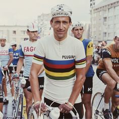 Tom Simpson wearing the rainbow jersey before the stage of the Tour de France 1966 / Getty Images Cycling Helmet, Pro Cycling, Cycling Jerseys, Vintage Cycles, Vintage Bikes, Peugeot, Tom Simpson, Retro Bicycle, Cool Shirts