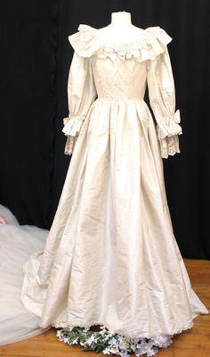 Princess Diana had one of the the most iconic wedding dresses of all time. But she apparently had a back-up dress that never saw the light of day. Here's everything you need to know about the secret second gown. Princes Diana Wedding, Princess Diana Wedding Dress, Royal Wedding Gowns, Princess Diana Photos, Second Wedding Dresses, Weeding Dress, Bridal Dresses, Bridesmaid Dresses, Royal Weddings