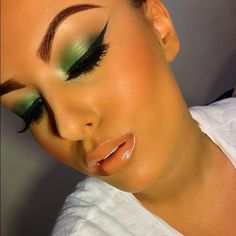 Green eyeshadow, long cat eye! And not to mention the length of her eyelashes!! And that lip gloss...
