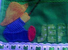 Material: Toalha escolar, bordado inglês, passa fita e fita de cetim, Técnica: bordada patch-colagem R$ 22,00