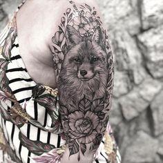 Tatuagem criada pela tatuadora brasileira e super talentosa Carol Mariath. Carol vai participar nos dias 06 e 07 de Março do EITA - Primeiro Encontro Internacional de Tatuadoras Artistas. Tattoos, Drawings, Animals, Fox Tattoos, First Dates, Tattoo Man, Artists, Tatuajes, Animales