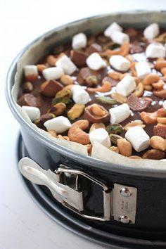 CIRKA 12 PORTIONER INGREDIENSER KLADDKAKA: 6 dl socker 3 dl vetemjöl 8 msk kakao 2 npr. salt 250 g smör 4 ägg GLASYR: 1 1/2 ...