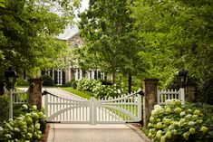 This unique aluminum fence is truly an interesting style procedure. Driveway Entrance Landscaping, Driveway Fence, Stone Driveway, Driveway Design, Stone Fence, Fence Design, Landscaping Ideas, Picket Fence Gate, White Picket Fence