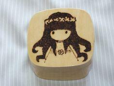 Caja de madera decorada con muñeca pirograbada.Caja por Hermitinas