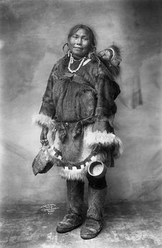 Photograph shared by glenbowmuseum Inuit communities are found in Canada, Northern Alaska, and Greenland. During the winter months Inuit lived in round houses made from blocks of snow, called 'igloos'. Native American Photos, Native American Women, Native American History, Native American Indians, Inuit Clothing, Fur Clothing, Inuit People, Folk, Arte Tribal