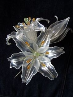 Look at these beautiful flowers made from old plastic bottles!  Amazing!