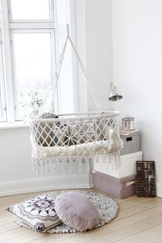 hanging beds and baskets for baby room decor Suspended baby cradles are modern baby room furniture designs inspired by traditional cradles Hanging Bassinet, Hanging Crib, Hanging Cradle, Diy Hanging, Hanging Storage, White Nursery, Girl Nursery, Nursery Decor, Boho Nursery