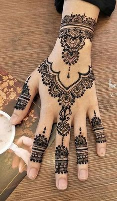 Simple Mehndi Designs that are Awesome & Super Easy - Henna -You can find Mehndi and more on our website.Simple Mehndi Designs that are Awesome & Super Easy - Henna - Mehndi Designs For Beginners, Mehndi Designs For Girls, Henna Designs Easy, Best Mehndi Designs, Bridal Mehndi Designs, Modern Henna Designs, Indian Henna Designs, Henna For Beginners, Simple Henna Patterns