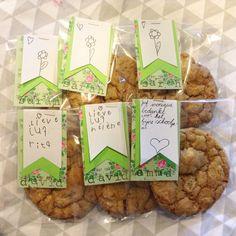 Bedankje juf einde schooljaar, groot zelfgebakken chocolate chip cookie in een zakje met mooi label