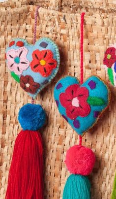 Mexicana corazones fieltro / mano bordada corazones con Accessoires pour la Maison Mexican Felt Hearts / Hand Embroidered hearts with pom-poms / wedding favors / baby shower Felt Diy, Handmade Felt, Wedding Pom Poms, Diy And Crafts, Arts And Crafts, Lavender Bags, Design Floral, Heart Ornament, Craft Ideas