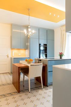Gemütliche Küche mit mit schlichten Oberflächen und dekorativen Fliesen    Warm and cozy kitchen with decorative tiles    Foto: Viktoria Stutz