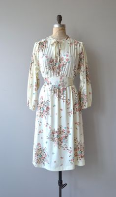 Vintage 1970s ivory polyester dress with pastel floral print, tie neckline, bishop sleeves, partial elastic waist and waist tie. --- M E A S U R E M E N T S ---  fits like: small/medium/large bust: 34-40 waist: 26-34 hip: free length: 40 brand/maker: n/a condition: excellent  To ensure a good fit, please read the sizing guide: http://www.etsy.com/shop/DearGolden/policy  ✩ more vintage dresses ✩ http://www.etsy.com/shop/DearGolden?section_id=5986725  ✩ visit the shop ✩…