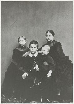 Les 4 premiers enfants du grand-duc Constantin Nikolaïevitch de Russie (1827-1892) et de la princesse Alexandra de Saxe-Altenbourg (1830-1911) : Nicolas Constantinovitch de Russie (1850-1918), Olga Constantinovna de Russie (1851-1926), Vera Constantinovna de Russie (1854-1912) et Constantin Constantinovitch de Russie (1858-1915)